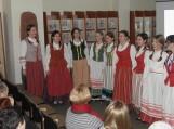 Šilutės pirmosios gimnazijos mokinių ir etnografinio ansamblio (mokytojos Irena Arlauskienė ir Giedrė Pocienė) programoje: lietuvių liaudies papročiai, dainos, pasakojimai, literatūrinės inprovizacijos. Nuotraukos Edvardo Lukošiaus