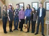 Agnė Girulytė (antra iš dešinės) su savo dailės mokytoja Daliute Montvydiene (ketvirta iš dešinės) ir draugais.