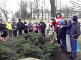 Šilutės pradinės mokyklos jaunieji greitakojai kartu su savo mokytojomis prie H.Šojaus kapo padėjo gėlių bei Šilutės miesto geradarį pagerbė tylos minute. Nuotraukos Edvardo Lukošiaus