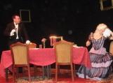 """Aktoriai V. Paldauskas ir A. Rimkevičiūtė atėjusiems šilutiškiams pasižiūrėti ir pasveikinti šios profesijos žmones parodė F.Frinton nuotaikingą komediją """"Pietūs vienam"""""""