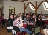 Dalyviai įdėmiai klausosi klausimo.