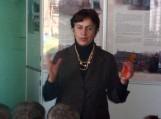 Šilutės muziejaus direktorė Roza Šikšnienė labai išsamiai papasakojo apie Šilutės katalikų bažnyčios pastatų architektūrą ir jų atsiradimo istoriją. Nuotraukos Daivos Puidokienės