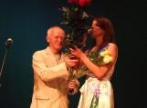 Steponas Kazlauskas dovanoja gėles Ingai Valinskienei