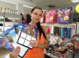 Kiekvienas mokyklinių prekių pirkęs klientas taip pat gaus ir po dovaną – animuotą mokinio pamokų tvarkaraščio lentelę. Nuotraukos Gintaro Radzevičiaus