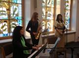 Ne pirmą kartą jungtinės giesmėms akompanuoja Pamario pagrindinės mokyklos  muzikos mokytoja Vita Bočkuvienė ir jos mokinė Justina.
