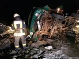 Bėglio automobilis avarijos metu nulėkė nuo kelio, virto ant šono ir užsidegė.