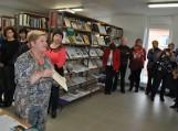Pagėgių savivaldybės viešosios bibliotekos direktorė Elena Stankevičienė kolegoms pristato bibliotekos erdves.