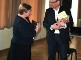 (Iš dešinės): LR Seimo Pirmininko pavaduotojas Vydas Gedvilas įteikia padėkos raštą skyriaus pirmininkei, Pagėgių savivaldybės viešosios bibliotekos direktorei Elenai Stankevičienei.