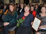 Pagėgių savivaldybės viešosios bibliotekos direktorės Elenos Stankevičienės rankose - padėkos raštas. Nuotraukos Astos Andrulienės