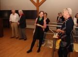 Dailininkė Janina Krasauskienė (dešinėje) džiaugiasi jaunosios menininkės Romos Auškalnytės (centre) darbais