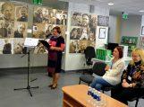 L. e. Pagėgių savivaldybės Vydūno viešosios bibliotekos direktorės pareigas Ramutė Vaitkuvienė pristato projektą. Sėdi pranešėjos (iš kairės): Punsko valsčiaus atstovė, Punsko Dariaus ir Girėno mokyklos bibliotekos bibliotekininkė Marytė Malinauskienė ir Pagėgių savivaldybės Vydūno viešosios bibliotekos atstovė, projekto koordinatorė Sonata Nognienė. Nuotraukų autorė Asta Andrulienė