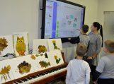 Vaiaki sprendžia interktyvią pamoką ekrane