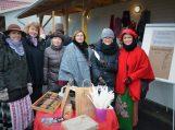 Pagėgių savivaldybės Vydūno viešosios bibliotekos bendruomenė su Tauragės kabelinės televizijos reportere Rūta Karmazinaite (iš dešinės antra). Nuotraukų autorė Asta Andrulienė